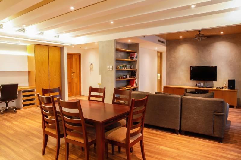 Foto inspirasi ide desain ruang makan minimalis Dining room oleh DESIGN INTERVENTION di Arsitag