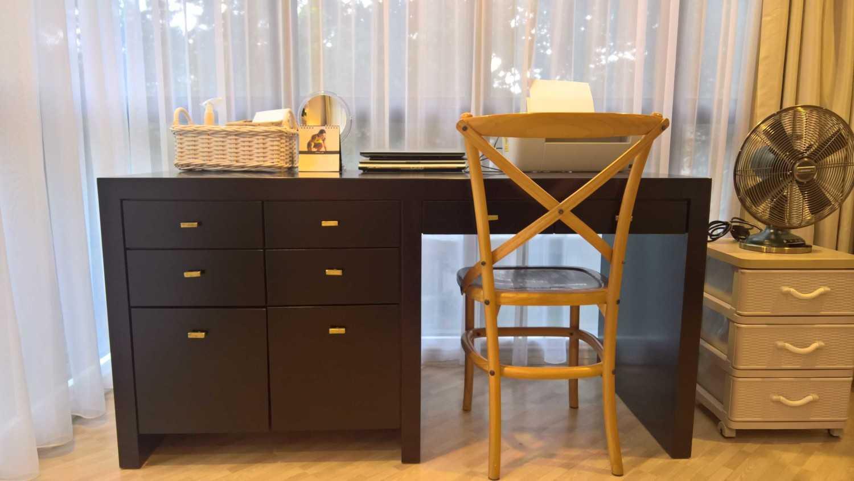 Foto inspirasi ide desain ruang kerja kontemporer Work desk oleh SASO Architecture Studio di Arsitag