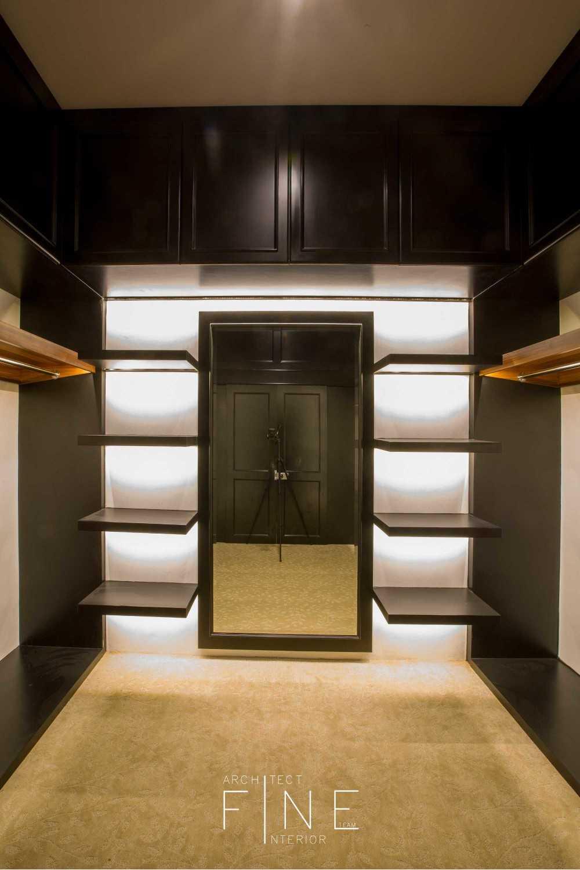 Foto inspirasi ide desain display area Closet oleh Fine Team Studio di Arsitag