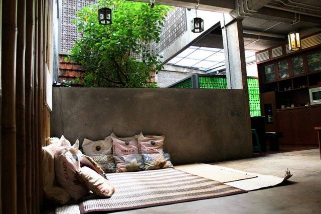 Foto inspirasi ide desain ruang keluarga tropis Ruang-keluarga oleh AKANOMA YU SING di Arsitag