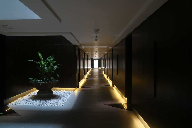 Foto inspirasi ide desain koridor minimalis Hallway oleh Monokroma Architect di Arsitag