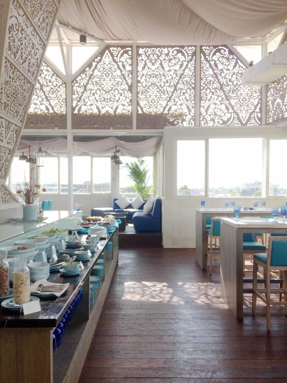 Foto inspirasi ide desain atap modern Rooftop restaurant oleh Monokroma Architect di Arsitag
