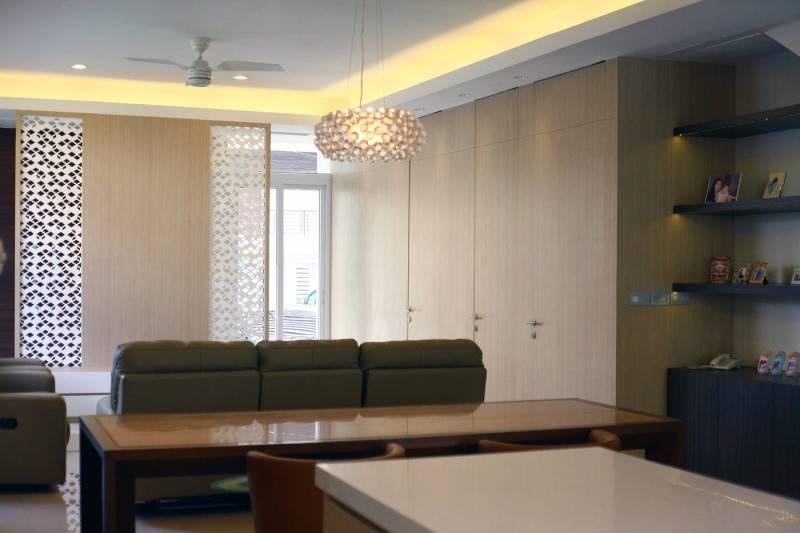 Foto inspirasi ide desain ruang keluarga tropis Living room oleh HerryJ Architects di Arsitag