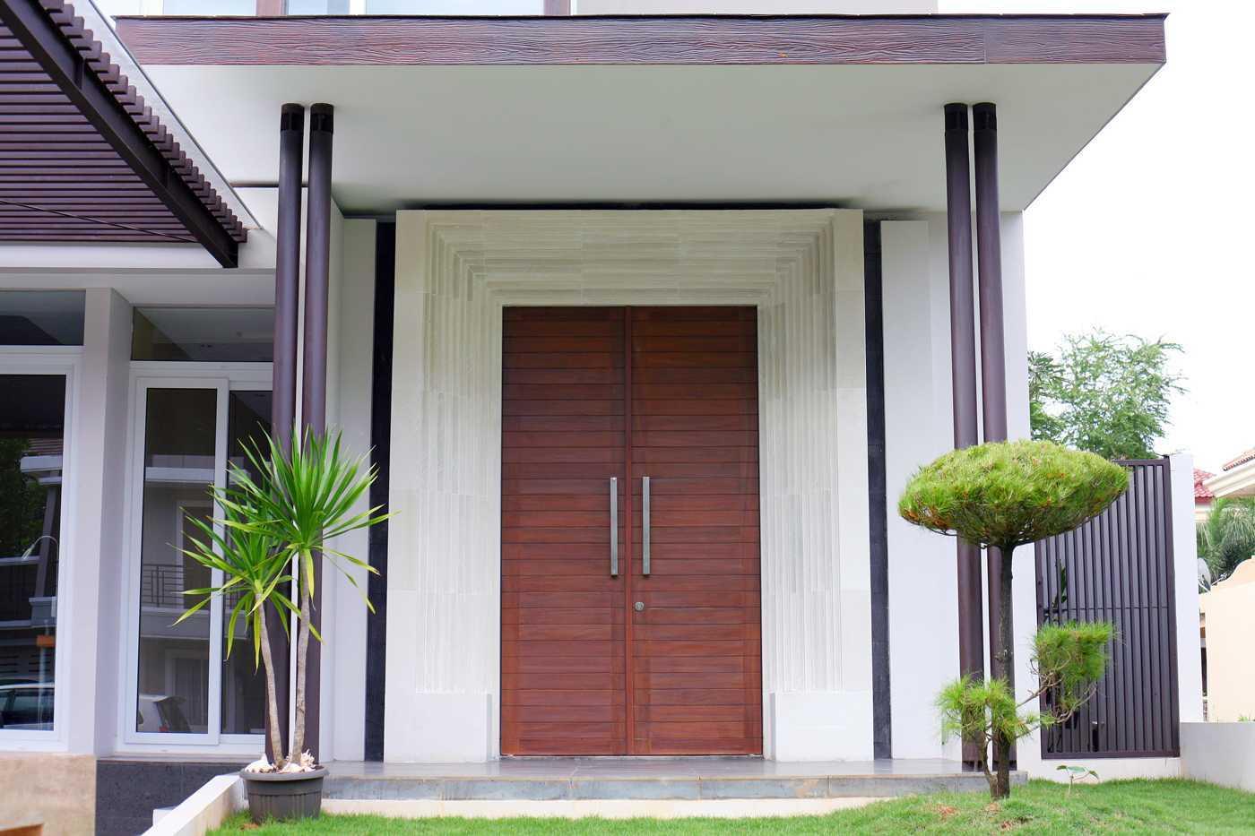 Foto inspirasi ide desain entrance tropis Img9863 oleh HerryJ Architects di Arsitag