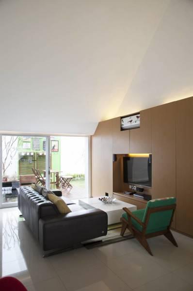 Foto inspirasi ide desain ruang keluarga minimalis Livingroom oleh Sontang M Siregar di Arsitag