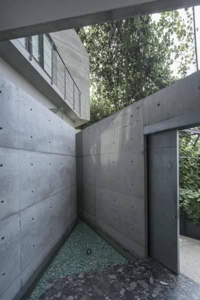 Foto inspirasi ide desain entrance Entrance area oleh Antony Liu + Ferry Ridwan / Studio TonTon di Arsitag