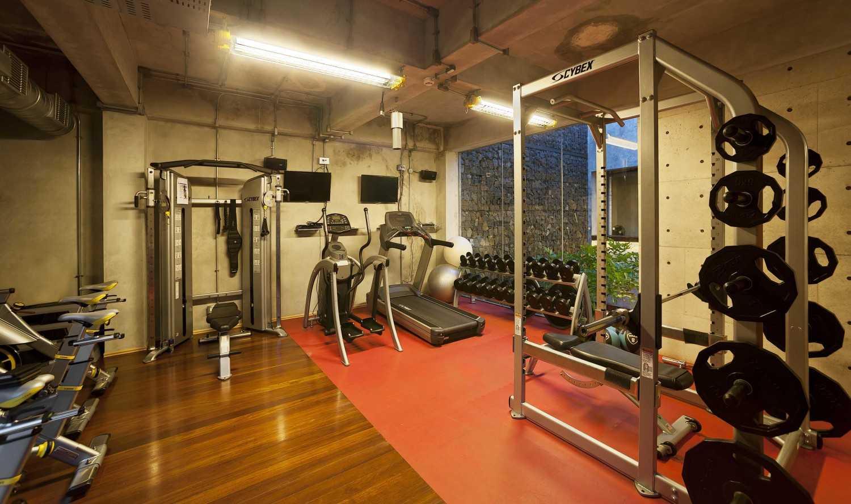 Foto inspirasi ide desain gym Gym area oleh CHRYSTALLINE artchitect di Arsitag