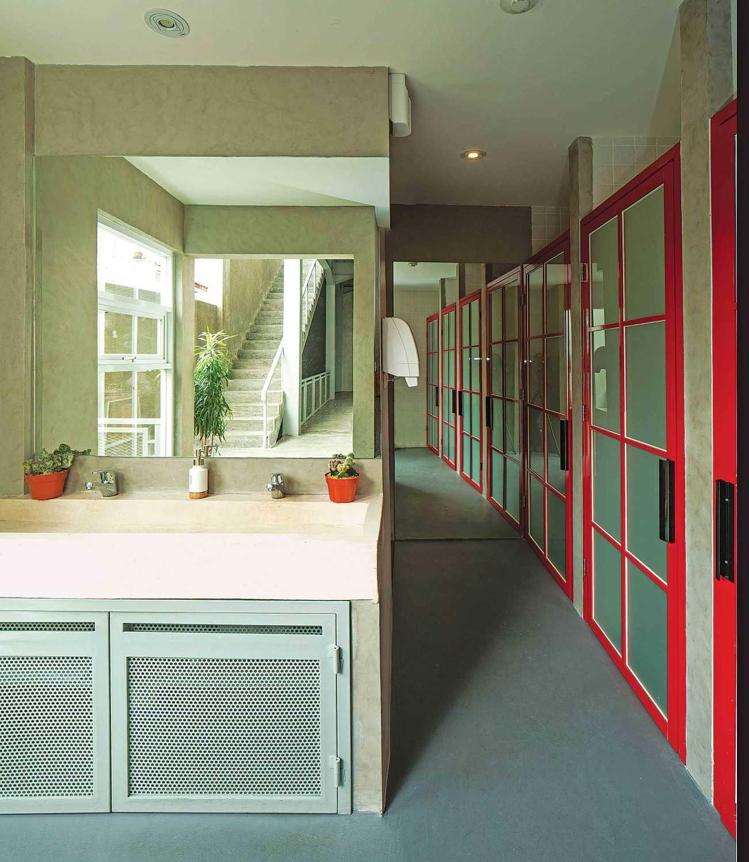 Foto inspirasi ide desain kamar mandi industrial Wastafel oleh Jerry M. Febrino di Arsitag