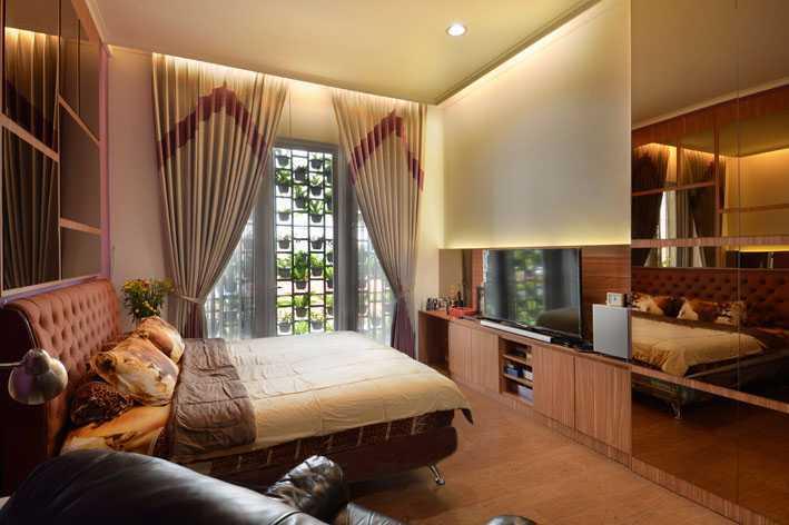 Foto inspirasi ide desain kamar tidur tropis Bedroom oleh Jerry M. Febrino di Arsitag