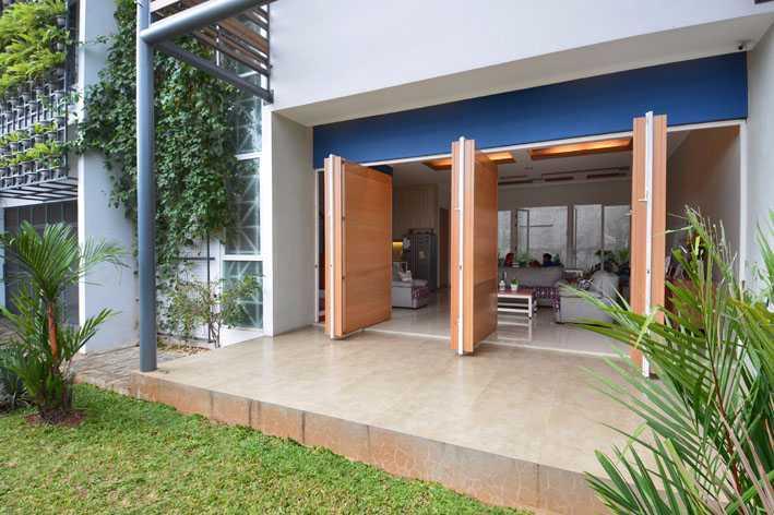 Foto inspirasi ide desain entrance tropis Entrance door oleh Jerry M. Febrino di Arsitag