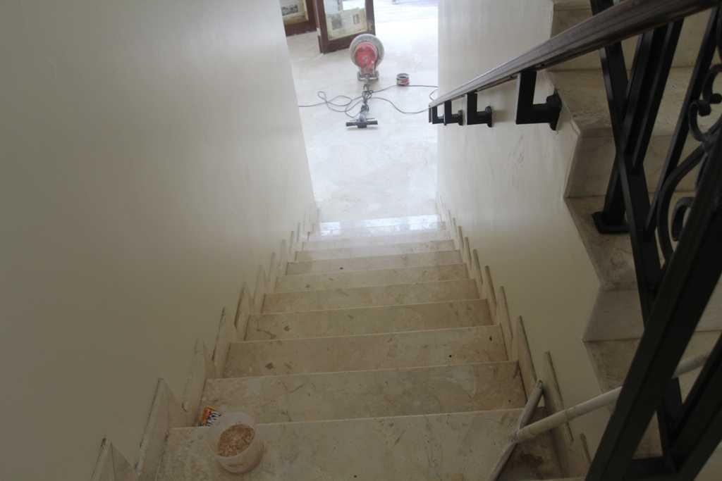 Foto inspirasi ide desain tangga kontemporer Stairs oleh ABOV Architect & Construction di Arsitag