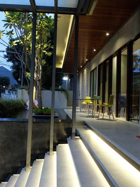 Foto inspirasi ide desain entrance tropis Entrance stairs oleh RDMA di Arsitag