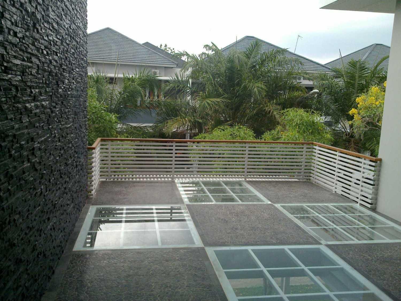 Foto inspirasi ide desain atap kontemporer Balcony oleh Aditya Wijaya / Studio indirakasa di Arsitag