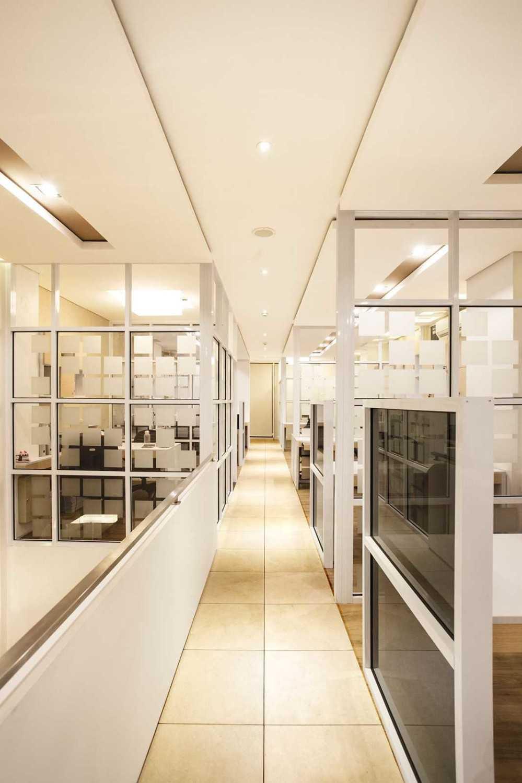 Foto inspirasi ide desain koridor minimalis Corridor oleh Delution Architect di Arsitag