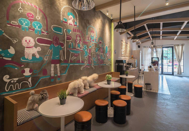 Foto inspirasi ide desain restoran Barbershop pet grooming studio & cafe oleh Evonil Architecture di Arsitag