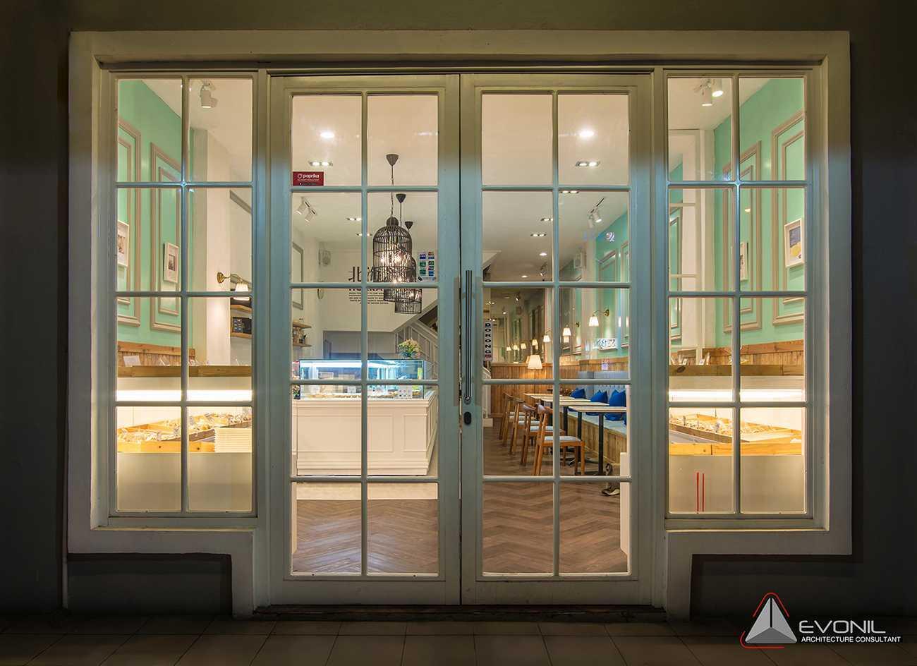 Foto inspirasi ide desain entrance klasik Entrance door oleh Evonil Architecture di Arsitag