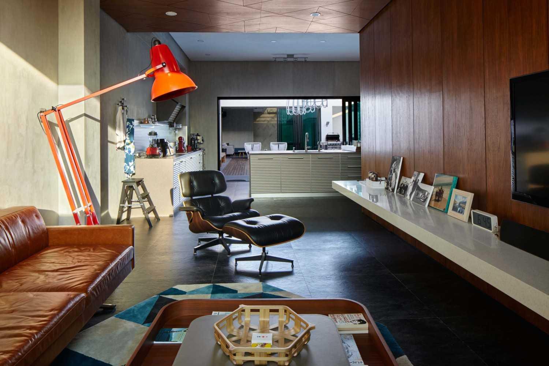 Foto inspirasi ide desain ruang keluarga kontemporer Family room oleh Alvin Tjitrowirjo, AlvinT Studio di Arsitag