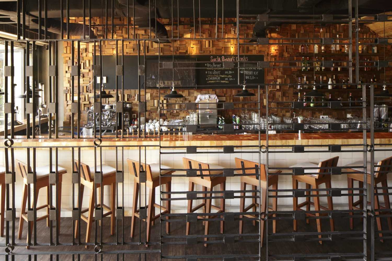 Foto inspirasi ide desain restoran Bar area oleh Alvin Tjitrowirjo, AlvinT Studio di Arsitag