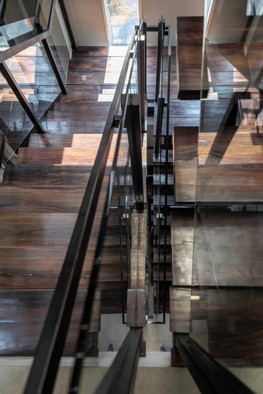Foto inspirasi ide desain tangga kontemporer Stairs oleh VIN•DA•TE di Arsitag