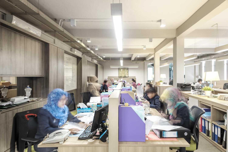 Foto inspirasi ide desain ruang kerja kontemporer Working area oleh VIN•DA•TE di Arsitag