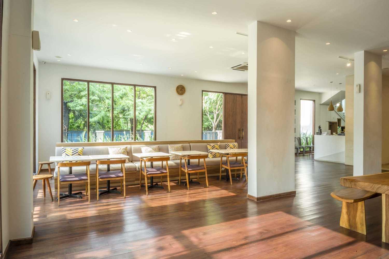 Foto inspirasi ide desain entrance tropis Seating area interior view oleh VIN•DA•TE di Arsitag