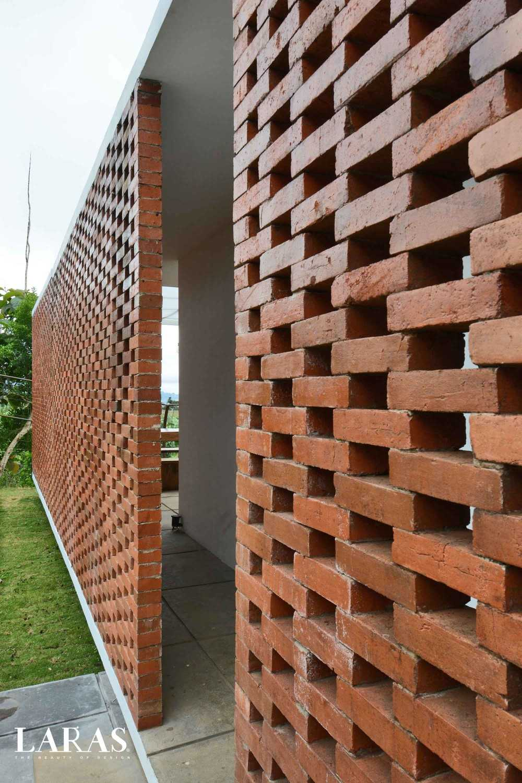 Foto inspirasi ide desain entrance tropis Entrance oleh eben di Arsitag