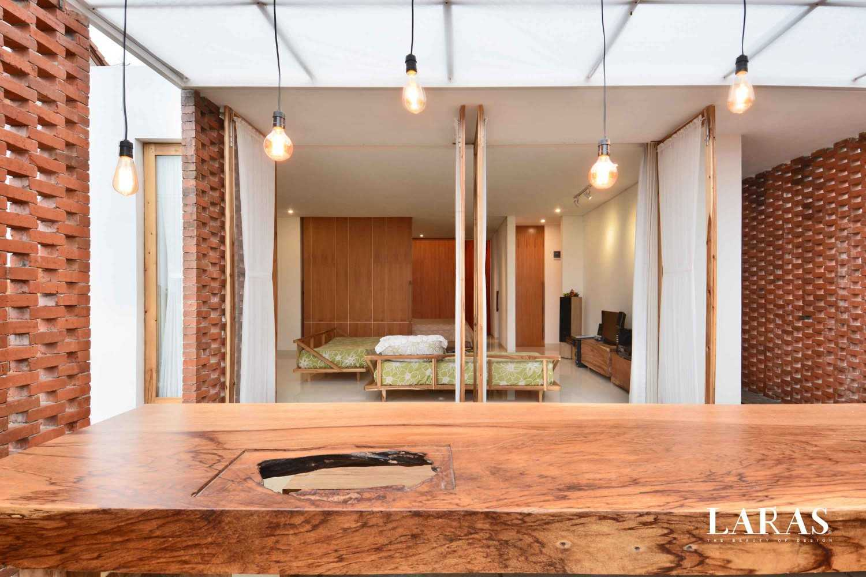 Foto inspirasi ide desain ruang makan tropis View from dining room oleh eben di Arsitag