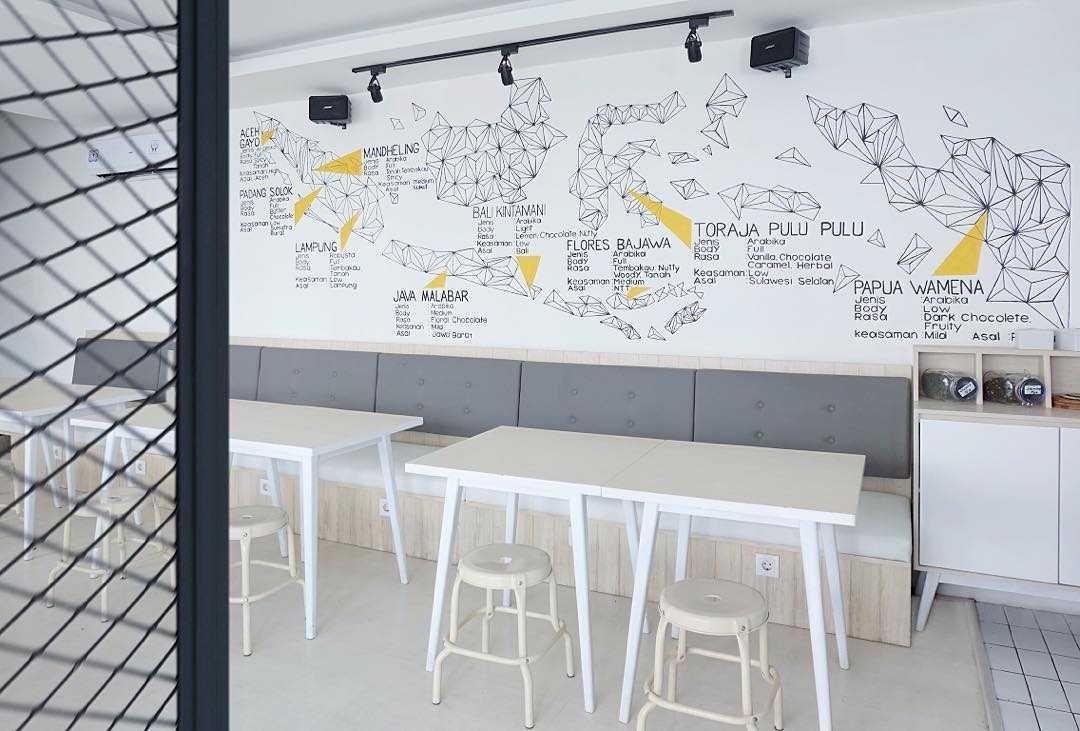 Foto inspirasi ide desain restoran Seating area interior view oleh SOSEKI DESIGN STUDIO di Arsitag