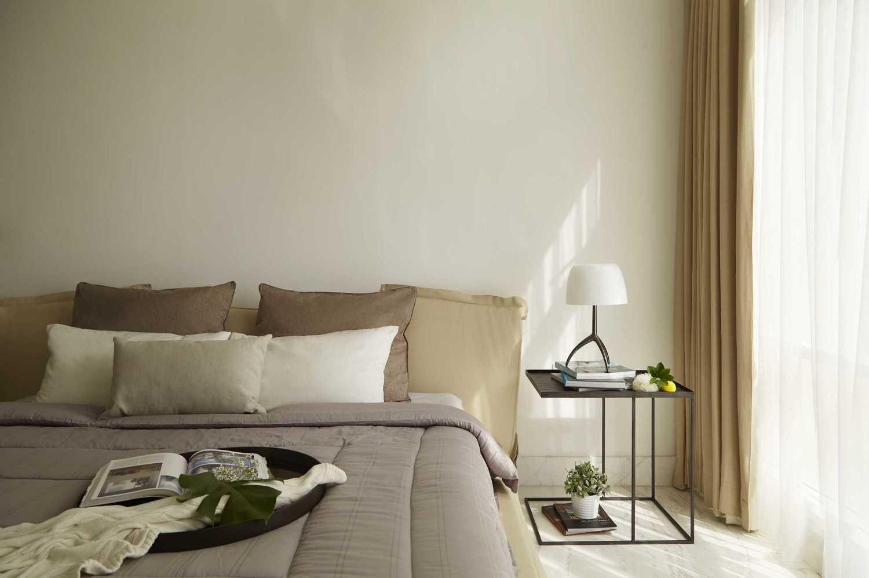 Foto inspirasi ide desain kamar tidur tropis Master bedroom oleh Sontani Partners di Arsitag